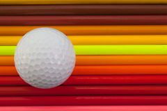 Detalj av blyertspennan och golfboll för regnbåge den färgrika på skrivbordet Royaltyfri Fotografi