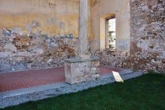 Detalj av borggården av före dettakloster av Sant ` Agostino, Italien Arkivbild