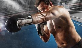 Detalj av boxaren i kampfunktionsläget, boxningsring på bakgrund arkivfoto