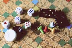Detalj av brädelekar, domino, kontrollörer, kontrollörer och tärning Royaltyfria Foton