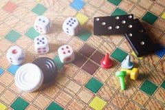 Detalj av brädelekar, domino, kontrollörer, kontrollörer och tärning Royaltyfria Bilder