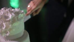Detalj av bröllopstårtaklipp av nygifta personer/bröllopstårta arkivfilmer
