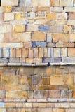 Detalj av brickwallen av det Qutab Minar tornet, världens den mest högväxta tegelstenminaret Royaltyfria Bilder