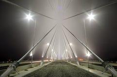 Detalj av bros konstruktion vid dimmig natt arkivbild