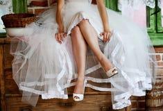 Detalj av brud- ben med skor royaltyfri fotografi