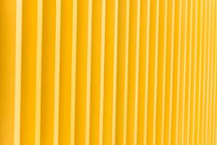 Detalj av byggnadsfasaden för gul metall fotografering för bildbyråer