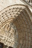 Detalj av carvings ovanför dörr, skrivande in Notre Dame Cathedral Paris, Frankrike arkivfoton