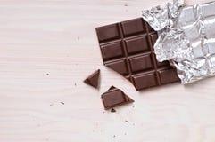 Detalj av chokladstången med silver som slår in bästa sikt fotografering för bildbyråer