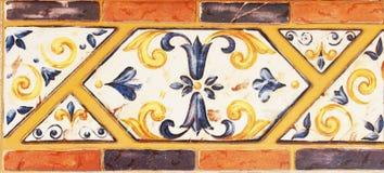 Detalj av de traditionella tegelplattorna från fasad av det gamla huset dekorativa tegelplattor Valencian traditionella tegelplat Royaltyfri Foto