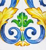 Detalj av de traditionella tegelplattorna från fasad av det gamla huset arkivbild