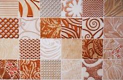Detalj av de traditionella tegelplattorna från fasad av det gamla huset royaltyfria bilder