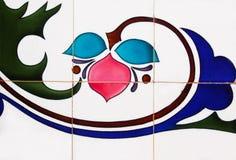 Detalj av de traditionella tegelplattorna från fasad av det gamla huset fotografering för bildbyråer