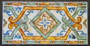 Detalj av de traditionella tegelplattorna från fasad av det gamla huset dekorativa tegelplattor Arkivfoton