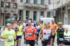 Detalj av deltagarna av den halva maratonstaden av Pontevedra royaltyfri fotografi