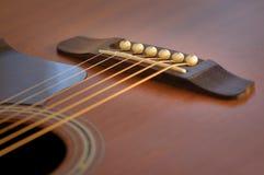 Detalj av den akustiska gitarren Arkivbilder