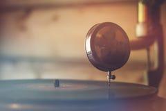 Detalj av den antika grammofonen Arkivbild
