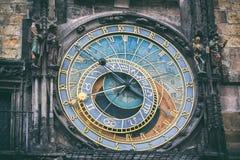 Detalj av den astronomiska klockan i den gamla stadfyrkanten i Prague, Tjeckien tonad bild fotografering för bildbyråer