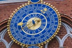Detalj av den astronomiska klockan på huset av pormaskar, Riga, L royaltyfri foto