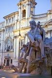 Detalj av den Bernini springbrunnen och obelisken på soluppgång i Rome Royaltyfri Fotografi