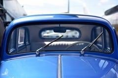 Detalj av den blåa tappningbilen arkivfoton