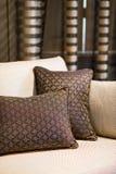 Detalj av den bruna kudden på den beigea soffan Arkivbild