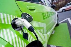 Detalj av den ekologiska bilen som beträffande-tankar som in pluggas Arkivfoton