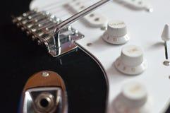 Detalj av den elektriska gitarren, closeup royaltyfria foton
