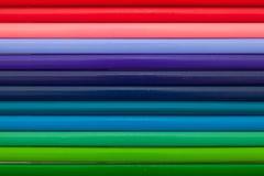 Detalj av den färgrika blyertspennan för regnbåge på skrivbordet Royaltyfria Bilder
