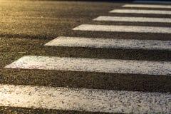 Detalj av den farliga vägkorsningen med den fot- sebran Säkerhet Arkivbilder
