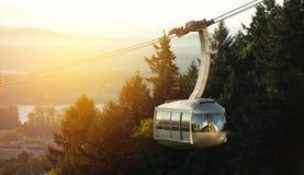 Detalj av den flyg- spårvagnen i Portland, Oregon under morgonsoluppgång royaltyfri foto