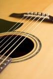 Detalj av den främre sidan av den akustiska gitarren Royaltyfri Foto