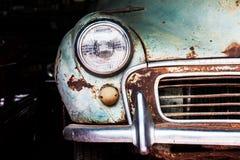Detalj av den främre billyktan av en gammal bil Arkivfoto