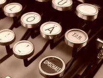 Detalj av den gamla bokstäver och mellanslagstangenten för tappningtyskskrivmaskin fotografering för bildbyråer