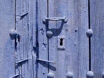 Detalj av den gamla dörren med målade nyckelhålblått arkivfoto