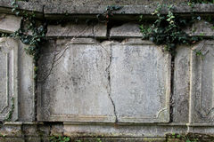 Detalj av den gamla gravstenen arkivfoto