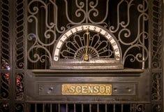 Detalj av den gamla hissen på den Barolo slottinre - Buenos Aires, Argentina arkivfoton