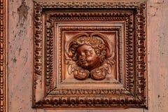 Detalj av den gamla ingångsdörren i italienarekyrka Royaltyfria Foton