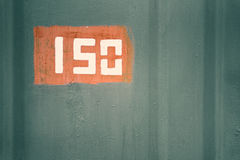 Detalj av den gamla målade metallyttersidan med nummer, closeup arkivbild