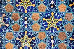 Detalj av den gamla mosaikväggen med den traditionella georgian blom- modellen arkivfoton