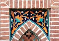 Detalj av den gamla mosaikväggen med den traditionella georgian blom- modellen royaltyfri bild