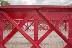 Detalj av den gamla röda metallbron Royaltyfri Fotografi