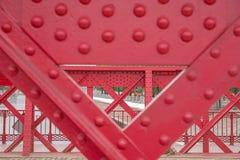 Detalj av den gamla röda metallbron Fotografering för Bildbyråer