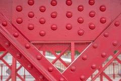 Detalj av den gamla röda metallbron Arkivfoto