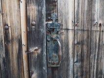 Detalj av den gamla trädörren av en ladugård, i den franska bygden royaltyfria bilder