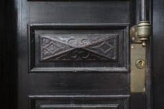 Detalj av den gamla trädörren, låset och handtaget Arkivbild
