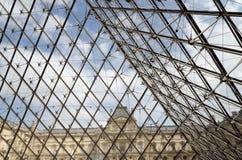 Detalj av den glass pyramidingången till Louvremuseet Royaltyfri Fotografi