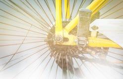 Detalj av den grungy cykeln: hjul och kedja. Royaltyfri Foto