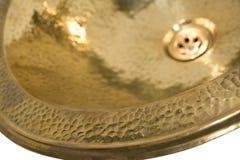 Detalj av den gula mässingsrundavasken Guld- vask i retro stil Antik vask för hem Blåsa utskjutande Meloe Royaltyfri Bild