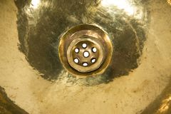 Detalj av den gula mässingsrundavasken Guld- vask i retro stil Antik vask för hem Blåsa utskjutande Meloe Fotografering för Bildbyråer