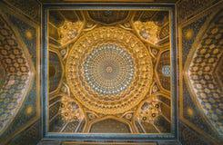 Detalj av den guld- mosaikkupolen i Tilya Kori Madrasah i Samarkand, Uzbekistan arkivfoton